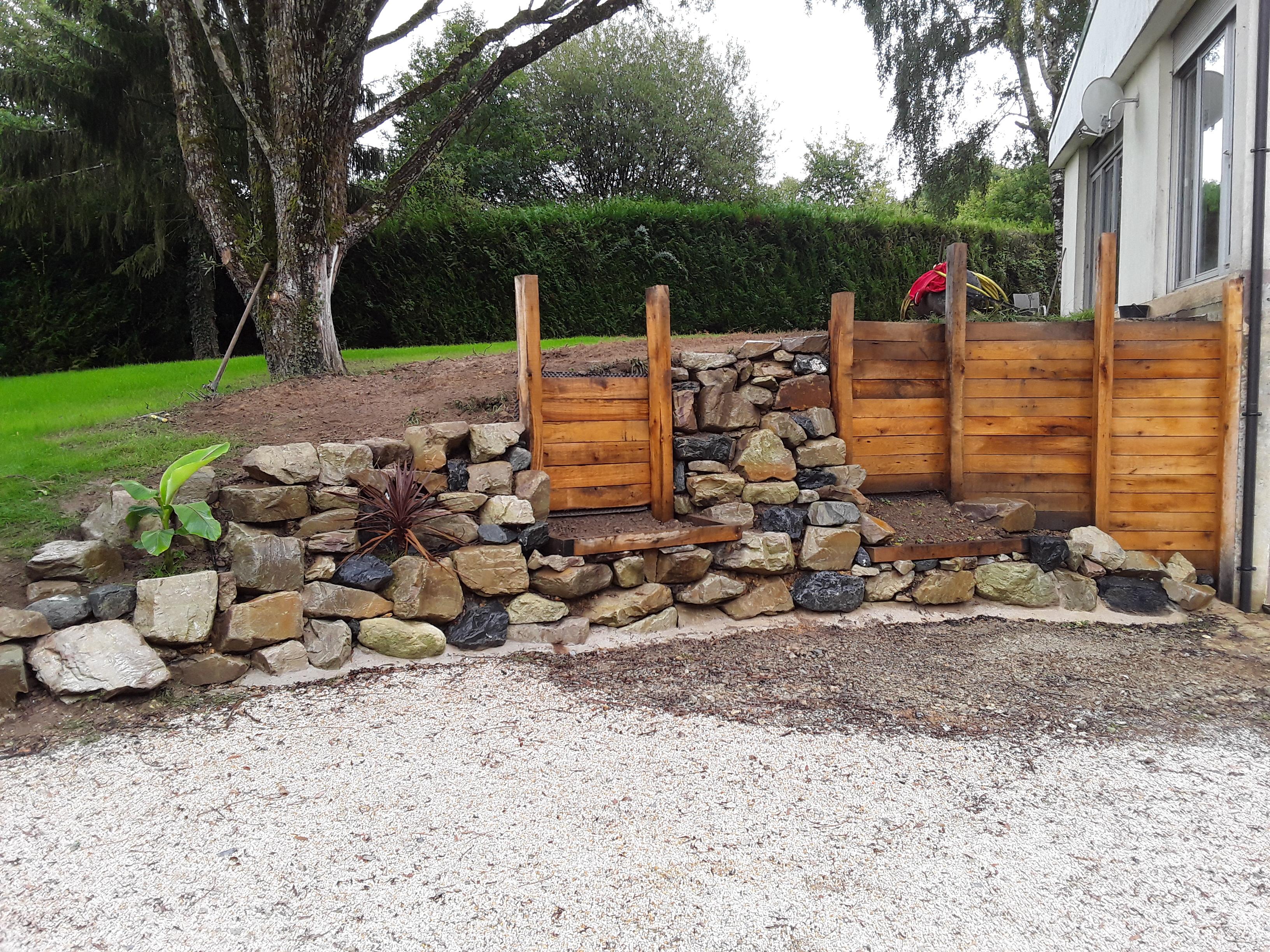 Création d\'une rocaille de soutenement avec enrochement et barrières ...